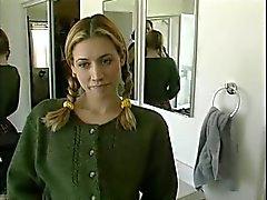 Косичками блондинку лифтов ее юбка и топ играть ее влагалища потом трахается