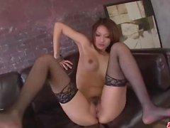 Riina Fujimoto seisoo alasti ja nauttii raskas munaa