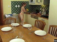Lady Bug é uma cozinheira que prepara uma refeição para todos