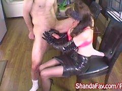 Milf Shanda Fay Jerks Off dur Cock avec des gants en latex!