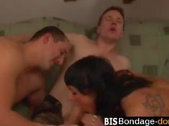 Brunette coquine transforme de deux mecs en bisexuels