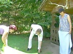2 volwassen Duitse vrouwen en een man in de tuin