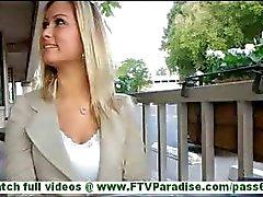 Serra incrivelmente sexy blonde piscando mamas e calcinhas e piscando buceta e tomando calcinha ao ar livre