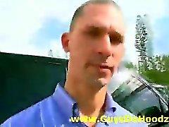 Белая геев оплачивает сосет черный петух на открытом воздухе