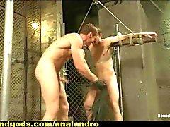 Свежее мясо Заключенный за сотрудником в то тюрьму