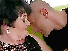 Fat Großmutter wird von junge Mann gefickt zu