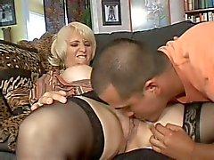 Зрелые блондинка Софи Mounds с мокрым пронзил киска
