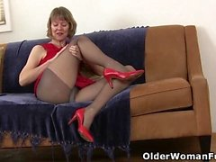 MILF dedos estadounidenses Dee Williams su coño hambriento