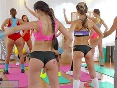 FitnessRooms Lesbische Dreier für heiße und verschwitzte Turnhallen