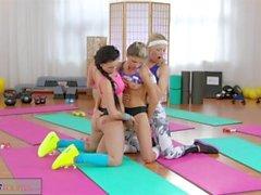 FitnessRooms Lesbo kolmikon kuumalle ja hikisen jumppa lapsenmielisille