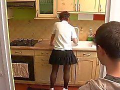 Pojken besök mamma i köket