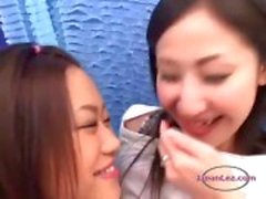 Aziatisch meisje zoenen krijgt haar tieten en kut wreef tepels zoog op de bank