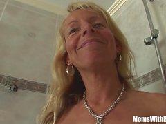 Блондинка-кугар Бритье в душе Ударный петух