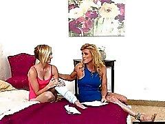 Симпатичные подростковой Кэт Англию и горячей мама Аманда Verhhoks lesbosex