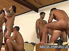 Militares do parafuso prisioneiro do músculo possuindo sexo grupai