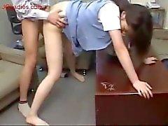 Japanisch blauen Weste Büro-Dame bekommen ihre Pussy gefickt von seine Chef in der