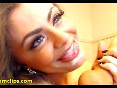 La déesse des manèges inverses dans une émission de webcam