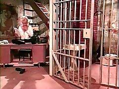Threesome le sado des lesbiennes de la cellule de la la prison