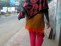 Arkasından Bangladeşli kadınlar