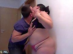 Fat et hot matures est baisée dur par un jeune homme