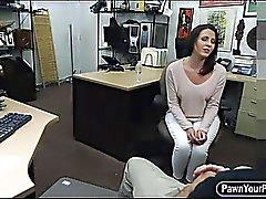Dona de casa entrada mais dura bateu com de Guy peão córnea ao loja de penhores