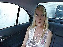 Anita Blue verkoopt haar kutje in een auto