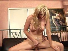 hunk corneo lecca il blondes capezzoli mentre batteva di lei