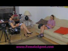 FemaleAgent leckt zum Arbeiten