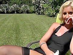 Blondie McKenzi Reynolds blinkt ihre Muschi zu Gardener