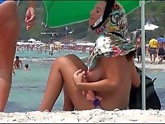 madre e hijo en las enormes Boobs playas