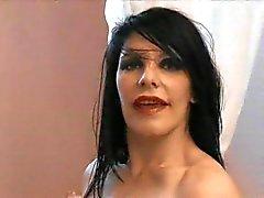 Gothic rakastajatar ja slavegirl imee musta mulkku