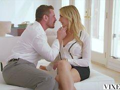 Diese flexible erstaunliche blonde Babe ist ihr Freund in verschiedenen Posen Verschrauben