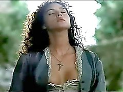 Briganti 1990 - Mônica Bellucci & sob a vestido