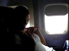 Pornthey - esposa caliente del milf que se digiere en el aeroplano comercial