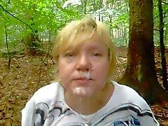 gozar em um rosto avó na floresta