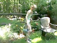 Maigrichonne masturbates au la zone de jardin