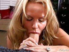 Kelly Мадисон показывает, как она удовольствий большую твердый член