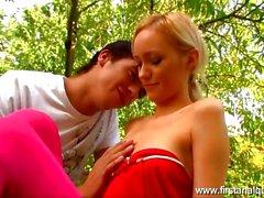 Première baise anal pour teen girl blonde au jardin