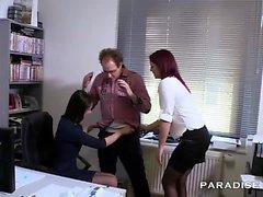 Este gerente alemão ama o seu trabalho, ele contratou estes dois sujos