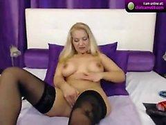 Blonde loira em meias de tiras e provocações em solo