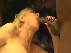Белая Пожилая Sluts трахал в клубе BBC