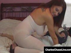¡La caza de Charlee de la estrella del Brunette hace el Cum del marido por la sentada de la cara!