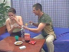 Le Brother et la sœur ivres baise pendant que leurs parents pas à la maison