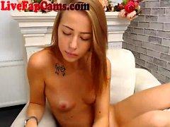 Perfect Petite Blonde wird nackt auf Webcam