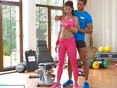 FitnessRooms Jimnastik öğretmeni seks için onu yoga pantolon aşağı çeker