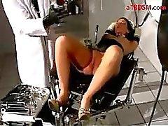 Nainen lateksi korsetti Ulkopuolinen penis Pump Ass saanti hänen pillua on stimuloitu Vibraattori kidutettu paperipuristin And Speculum Tekijä Lääkäri Medical Puheenjohtaja