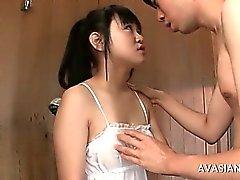 Kåt kille förför asiat teen flicka lär ut hur man knullar