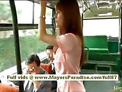 Río asiatische Teen Babe bekommen ihre haarige Möse gestreichelt auf dem Bus