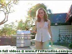 MaeLynn zerbrechliche kleine blonde Masturbating mit Glas und Einlegen Glas in Fotze