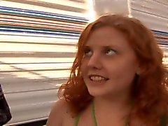 Fugitivo Redhead adolescente Cereja Gets Her Hairy Bush, fodido